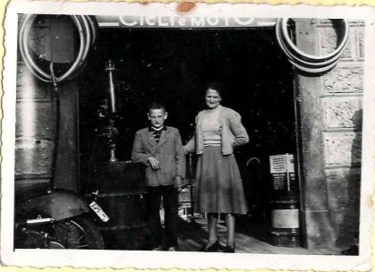 il nonno Gianmario e sua mamma davanti al negozio di ciclista.