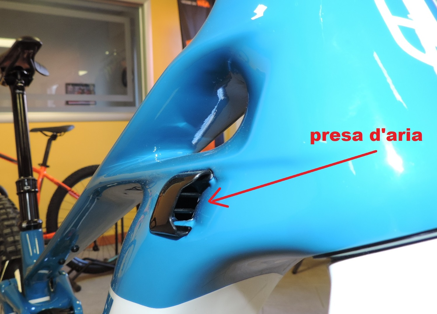 la Crafty RR Carbon mondraker è dotata di due prese d'aria per raffreddare il motore e la batteria.