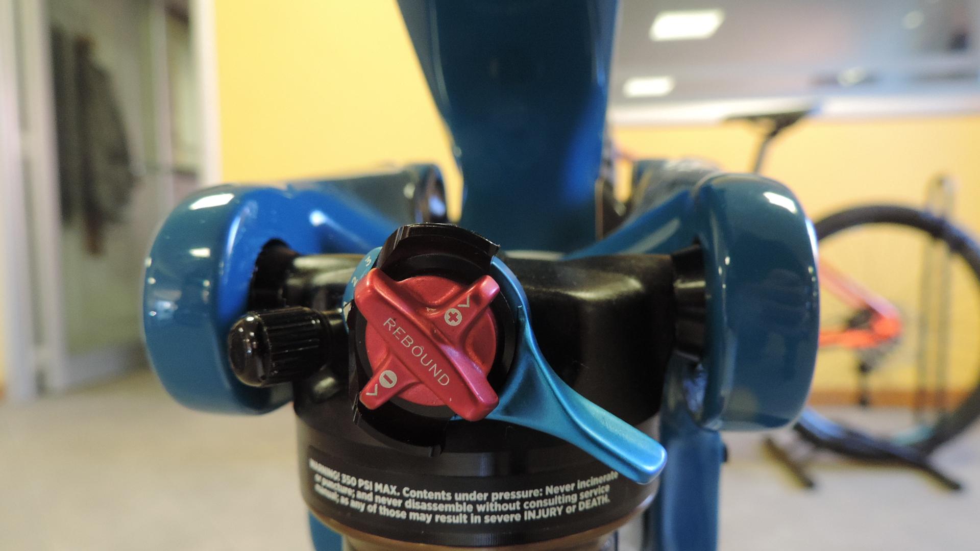 Dove regolare e caricare aria sull'ammortizzatore posteriore